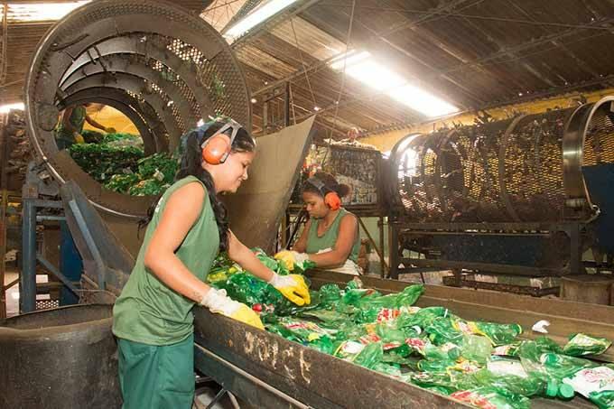 Ambev quer reduzir em 100% o uso de matéria-prima virgem nas garrafas de suas bebidas (Divulgação)