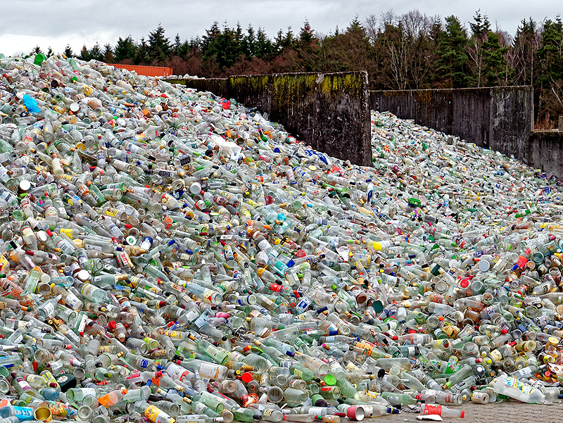 Montanha de garrafa PET esperando para ser reciclada (Getty Images)
