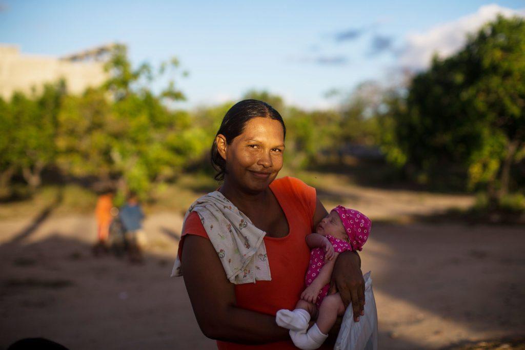 Refugiada venezuelana com criança de colo em Boa Vista (RR). Foto: ACNUR