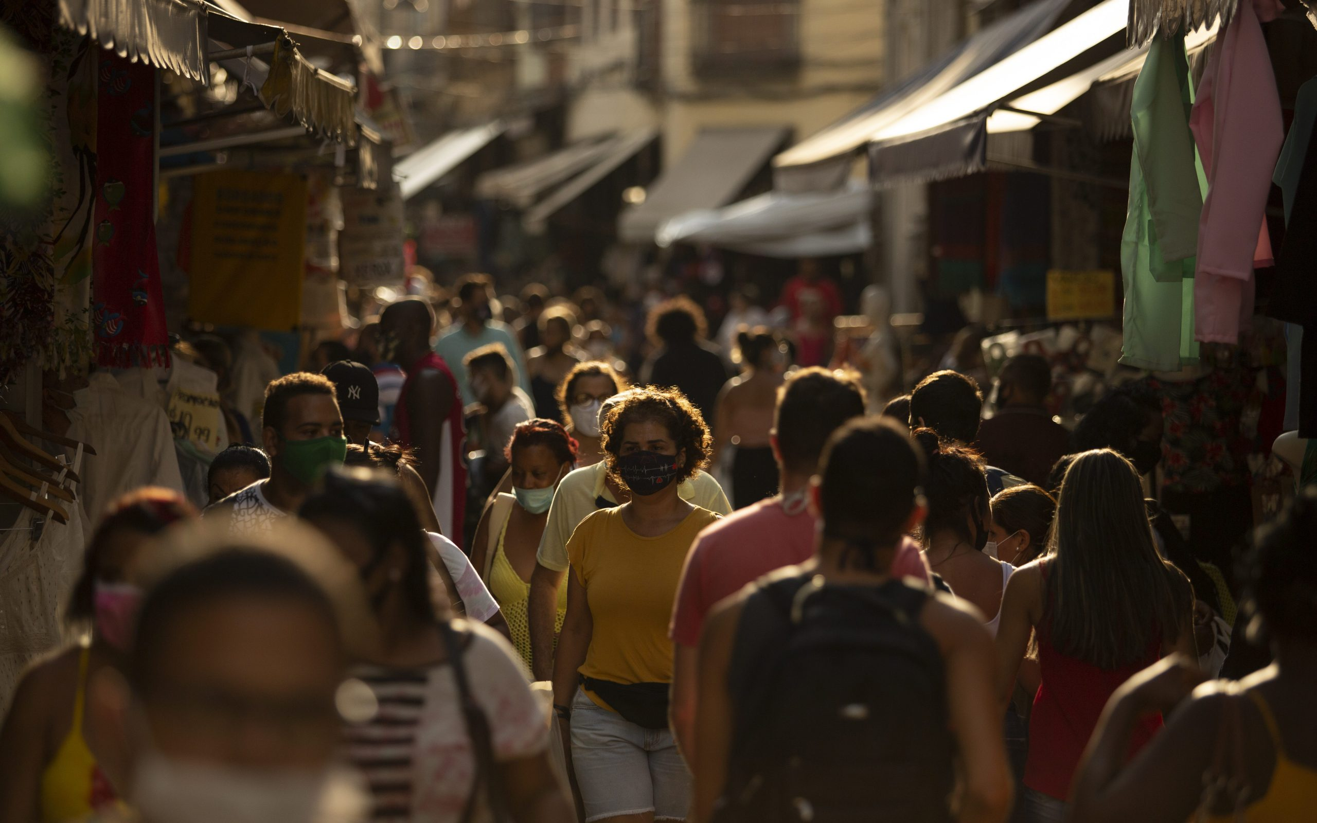 Pessoas caminham no Saara, centro de comércio popular no Rio de Janeiro