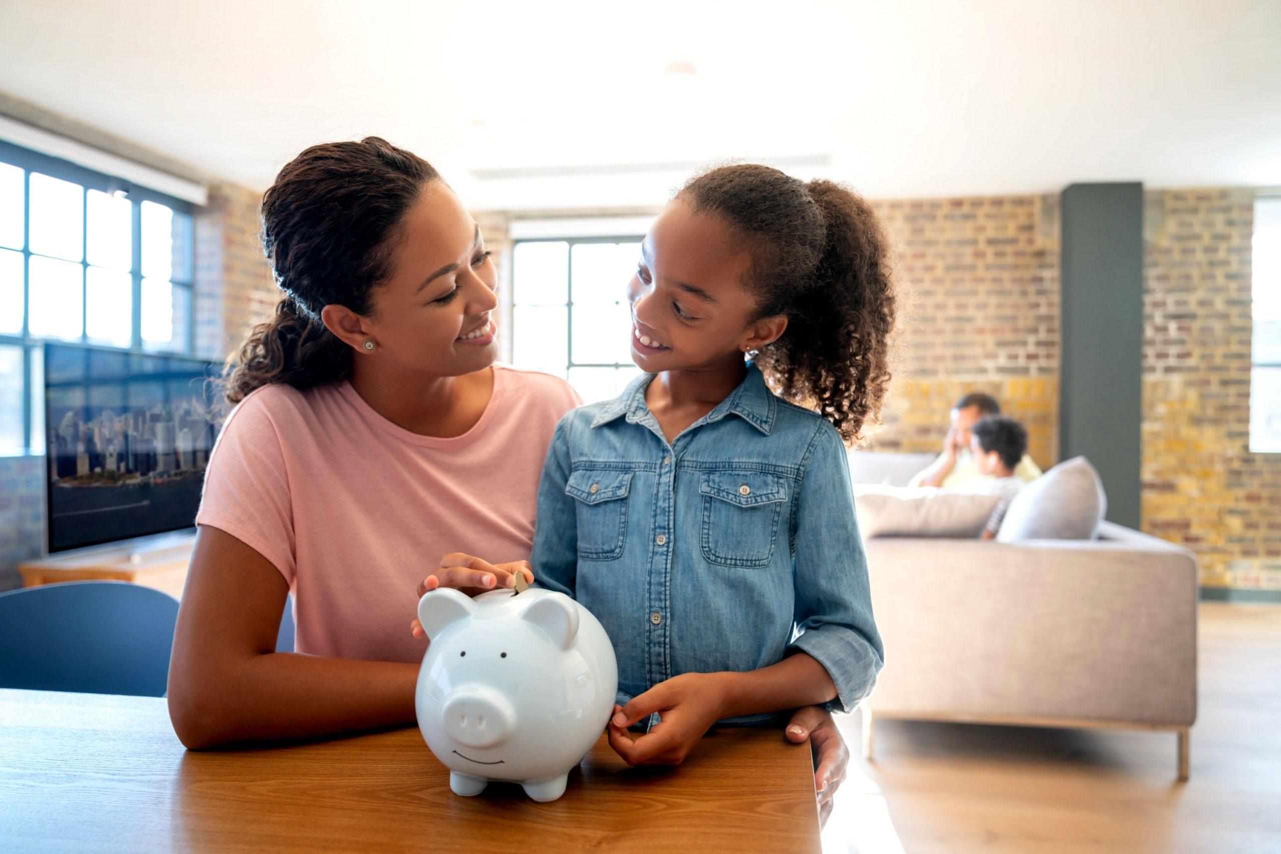 Uma mulher e uma menina fazem poupança financeira juntas